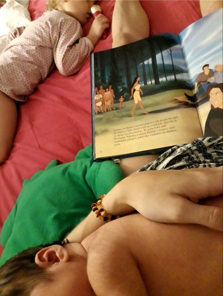 Společné spaní je bezva i při uspávání sourozenců.