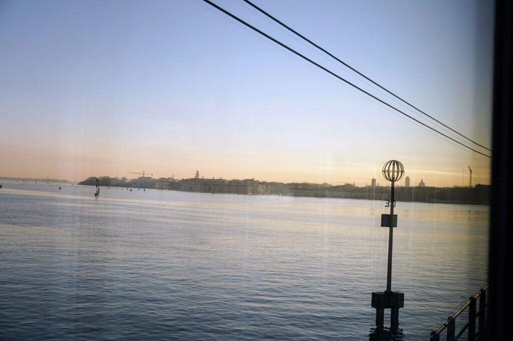 Cestovat nočním lůžkovým vlakem se dá i do Benátek.