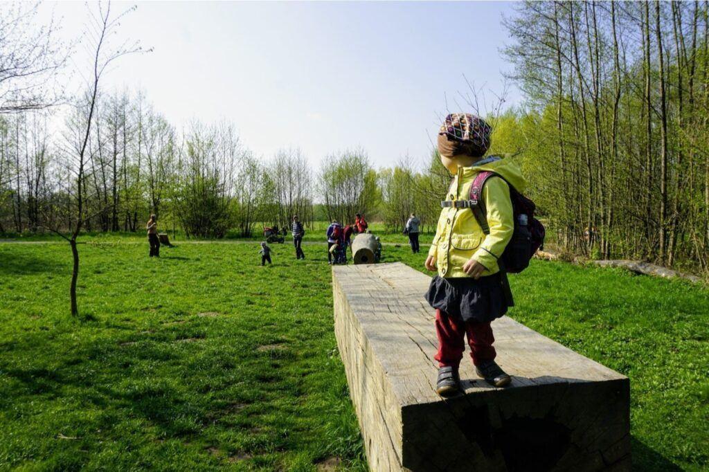 Děti v lesní školce tráví převážně celý den venku.