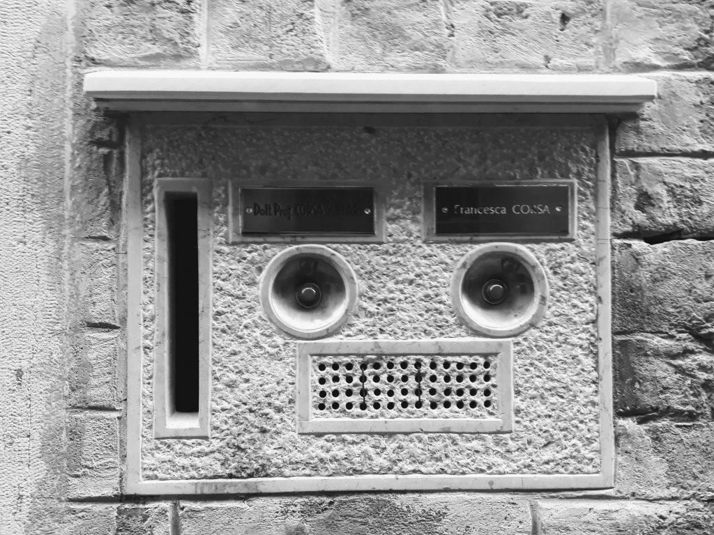 Zajímavé domovní zvonky najdete v Benátkách všude.