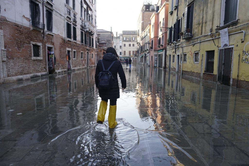 V zatopených Benátkách se hodí návleky na nohy nebo gumáky.