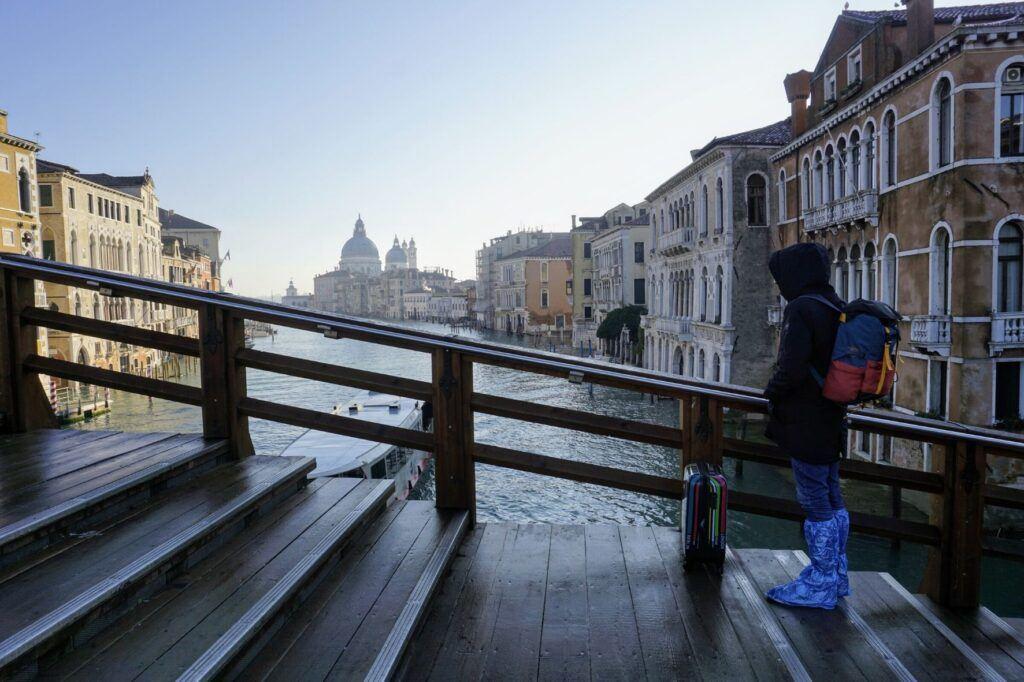 Když je v Benátkách období záplav, hodí se na nohy návleky nebo gumáky.