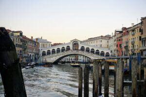 V Benátkach je krásný most Ponte di Rialto, který vede přes Canal Grande.