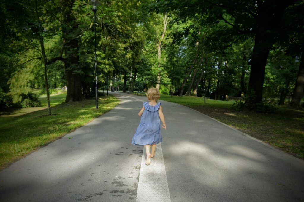 Bosá chůze a barefoot obuv je vhodná i na tvrdý a rovný povrch při správném stylu chůze.