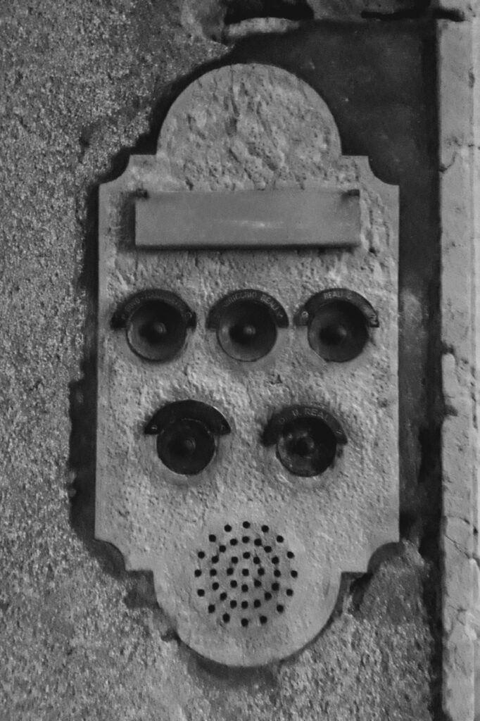 Obyvatelé Benátek mají tradiční domovní zvonky.