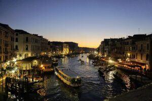 Západ slunce z benátského mostu Ponte di Rialto stojí za to.