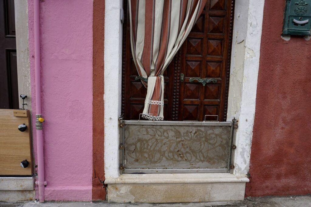 Proti vytopení domu používají Benátčané zábrany do dveří.