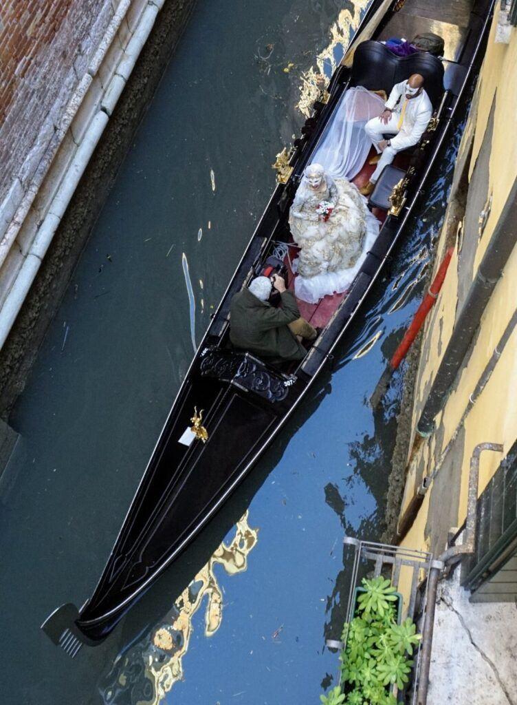 Gondoly v Benátkách se dají využít i ke svatebnímu focení.