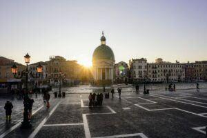 Nádraží v Benátkách po příjezdu nočním lůžkovým vlakem.