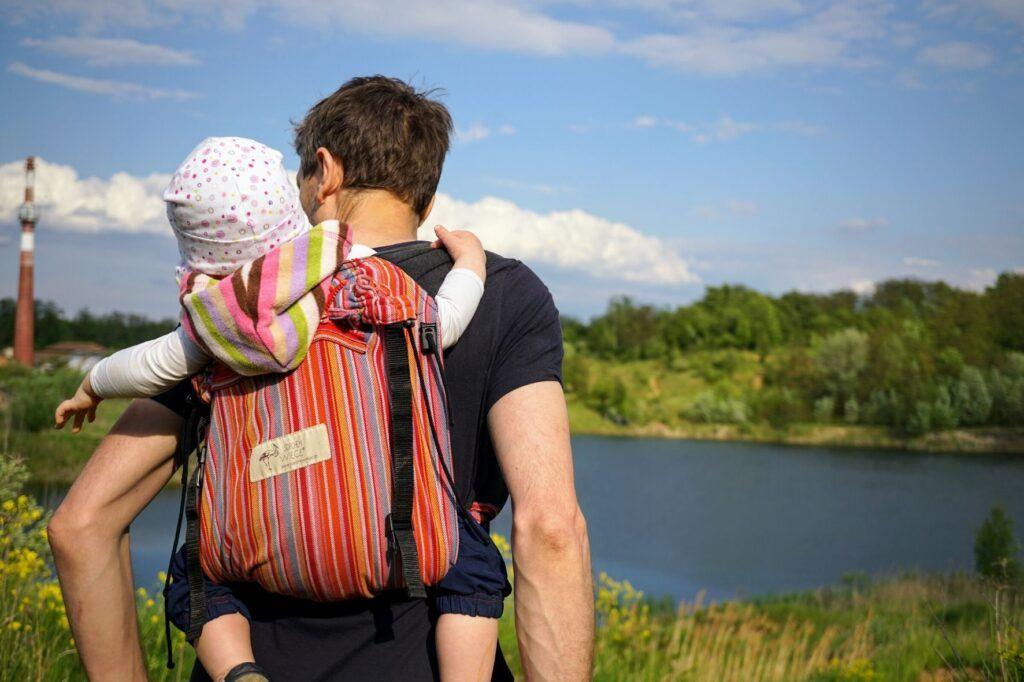 I tatínci rádi ponosí své děti v ergonomickém nosítku.