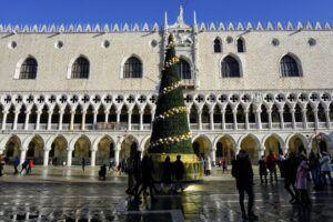 Vánoce v Benátkách a vánoční strom.