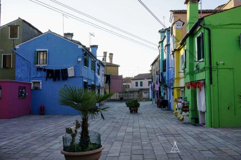 Náměstí na ostrově Burano v Benátkách.