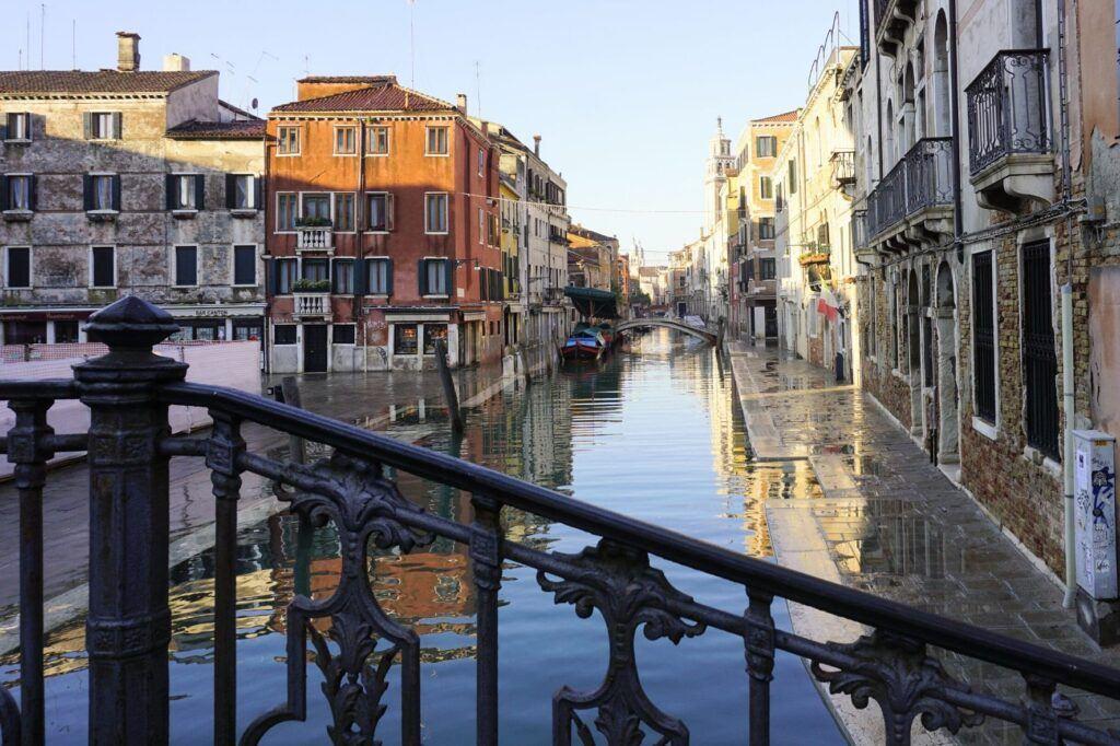 Přetékající kanál na chodník v Benátkách