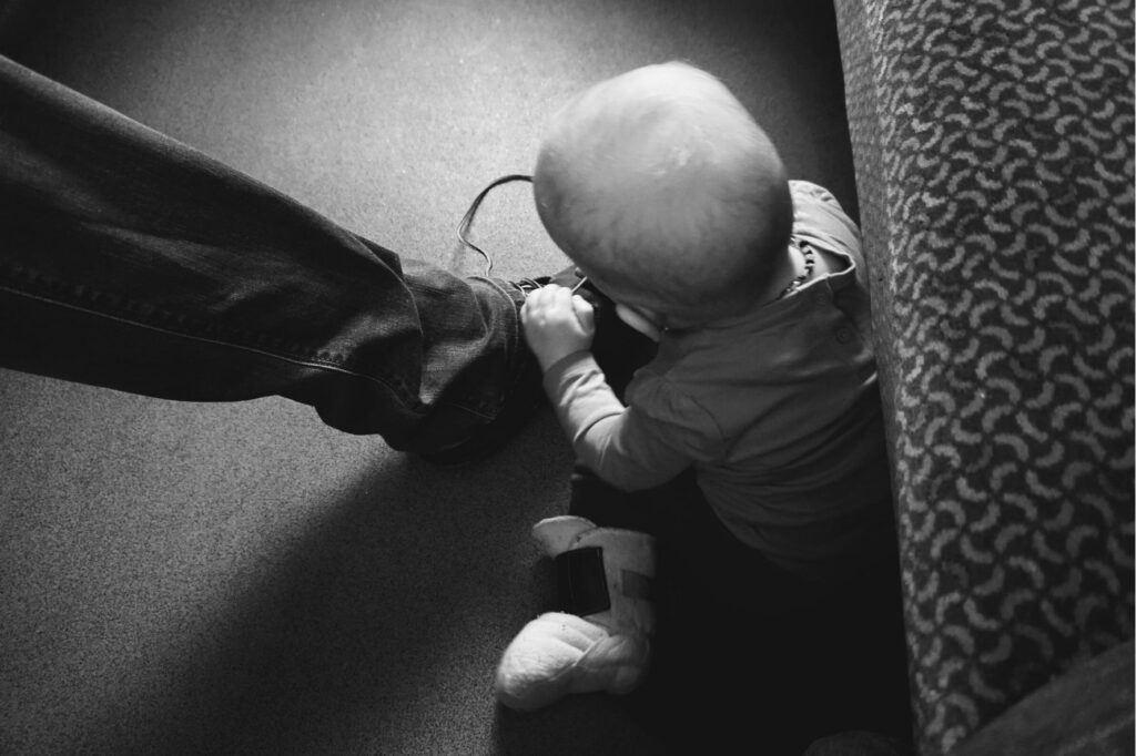 Malé děti na cestách zabavíte i tkaničkou od bot.