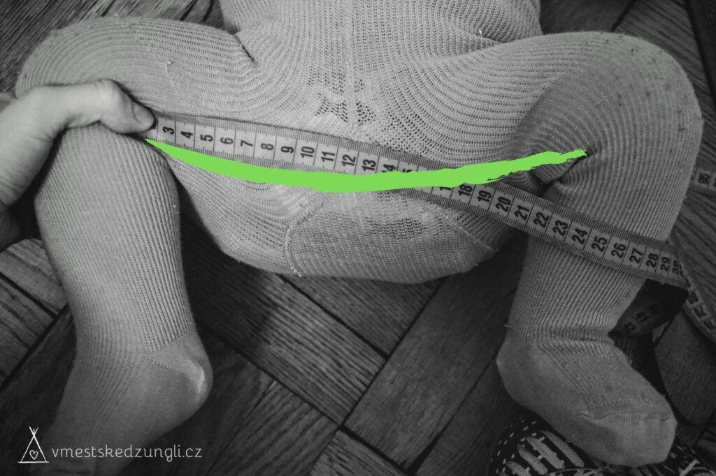Potřebnou látku sedu nosítka a rozpětí nožiček dítěte od kolínka ke kolínku změřme šňůrkou nebo krejčovským metrem.