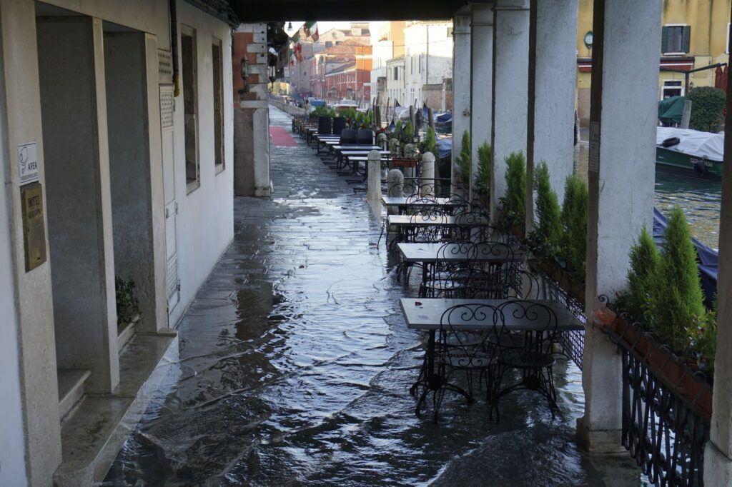 Zaplavený chodník restaurace v Benátkách.