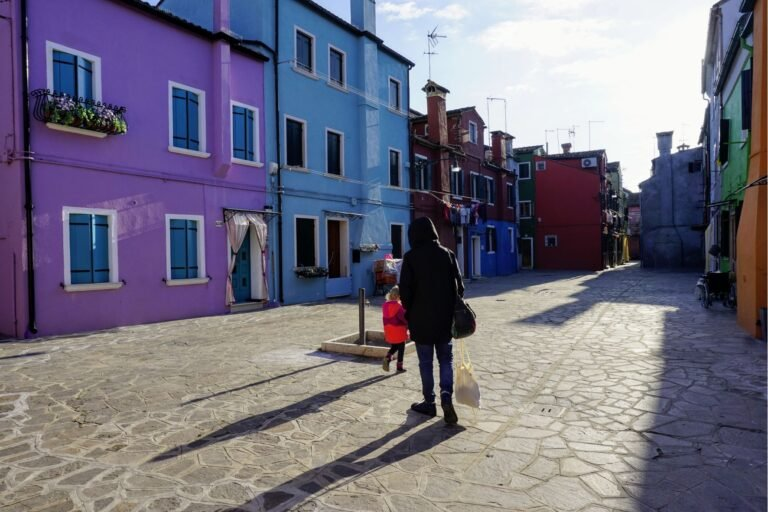 Barevné domy v ulicích na ostrově Burano v Benátkách.