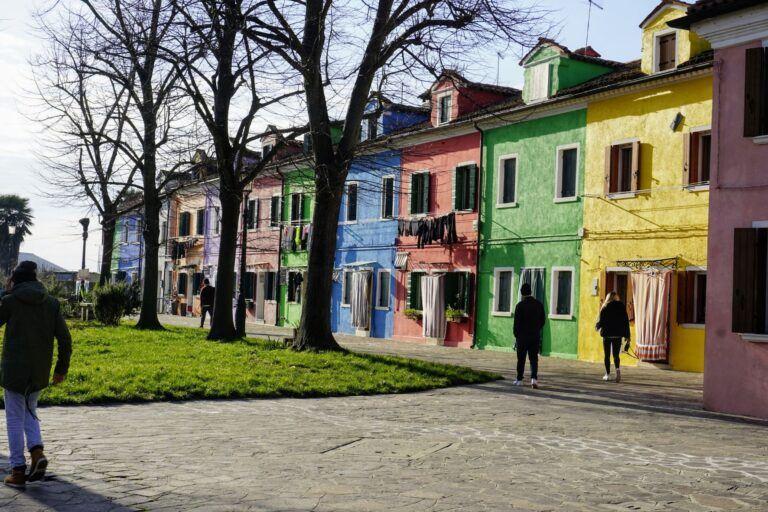 Burano je plné barevných domů.