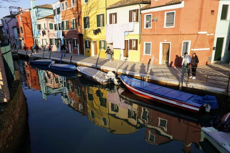 Loďky na Benátském kanále na ostrově Burano.