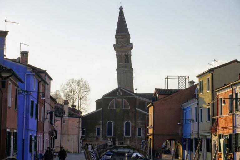 Šikmá zvonice na náměstí grande di Burano.
