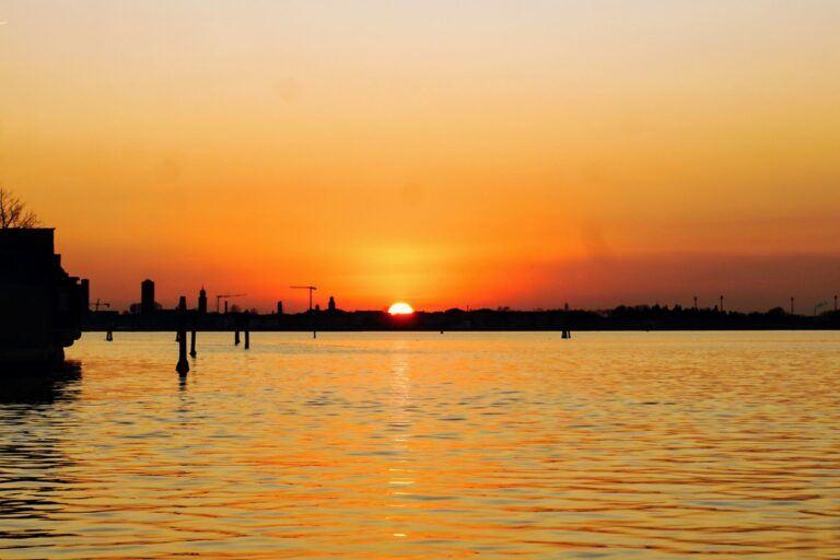 Západ slunce v Benátkách při jízdě vaporettem.