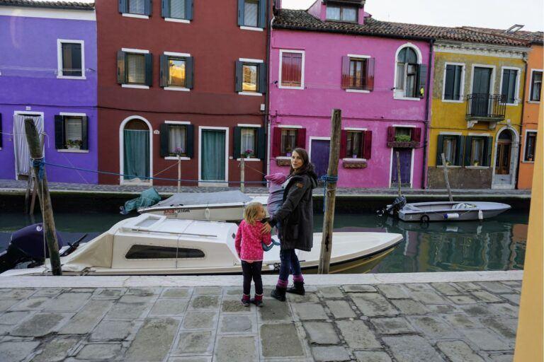 Loď na strově Burano v Benátkách.