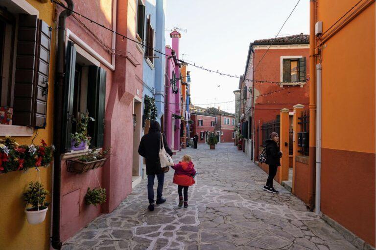 Procházet se ulicí v Benátkách na ostrově Burano je zážitek i pro děti.