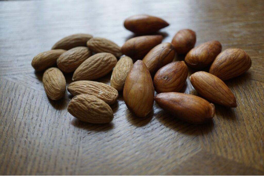 Namáčení a klíčení ořechů, semen, luštěnin i obilovin pomáhá lepší vstřebatelnosti živin nejen pro vegany.