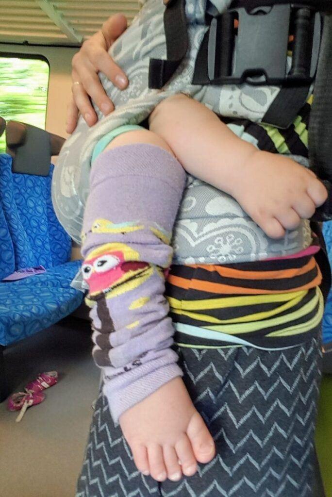 Při nošení dětí jsou bezva k zateplení nožiček návleky
