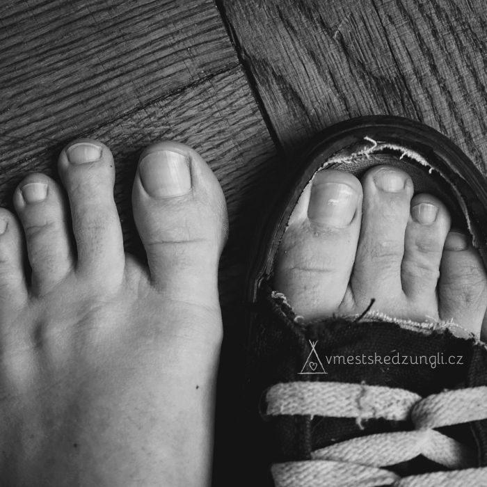 Srovnání prostoru pro prsty v konvenční botě a při bosé chůzi.